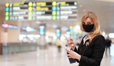 Заместитель руководителя департамента коммуникации ВТП Елена Григорьева в аэропорту. Департамент коммуникации подготовит пресс-релиз об успешном прибытии спецрейса и опубликует фотографии прибывших топ-менеджеров на сайте ВТП.