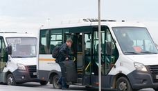 Российские ведомства не только разрешили осуществить спецрейс, но и предоставили автобусы, чтобы развезти топ-менеджеров по домам, где они проведут первые две недели в самоизоляции. Пользоваться такси или общественным транспортом, чтобы добраться до дома, им запрещено.